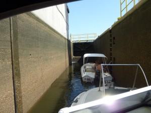 """Schleusen-Ausbildungsfahrt mit Little Runaway"""" durch die Sportbootschleuse der Schleusengruppe Kostheim"""
